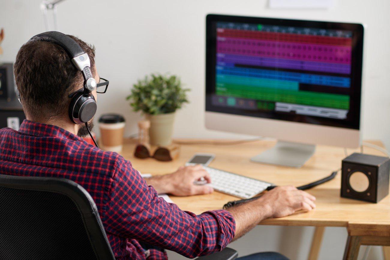 Peritos de sonido evaluando una grabación